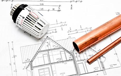 Foto: Hausplan mit Kupferrohren und einen Heizungsthermostat